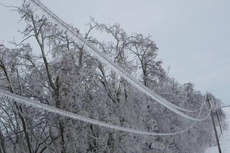Может ли замкнуть свет попавший снег на розетку